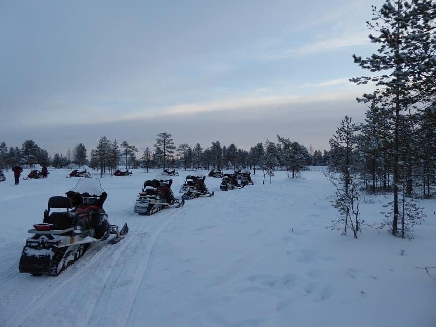 De sneeuwscooter is dé manier om je door het besneeuwde landschap te vervoeren.