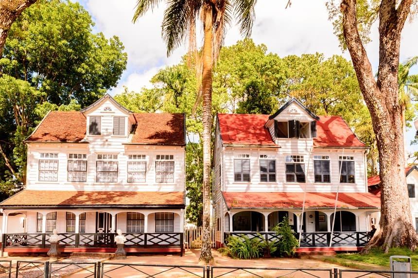 Paramaribo is een gezellige, kleurrijke Caribische stad waar stress spontaan verdampt