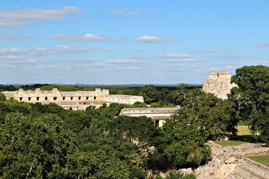 In de Mayastad Uxmal mag je op (bijna) alle gebouwen klimmen, wat fantastisch is om te doen!