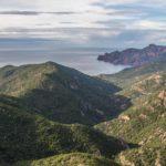 Slingerend door bergachtig Corsica