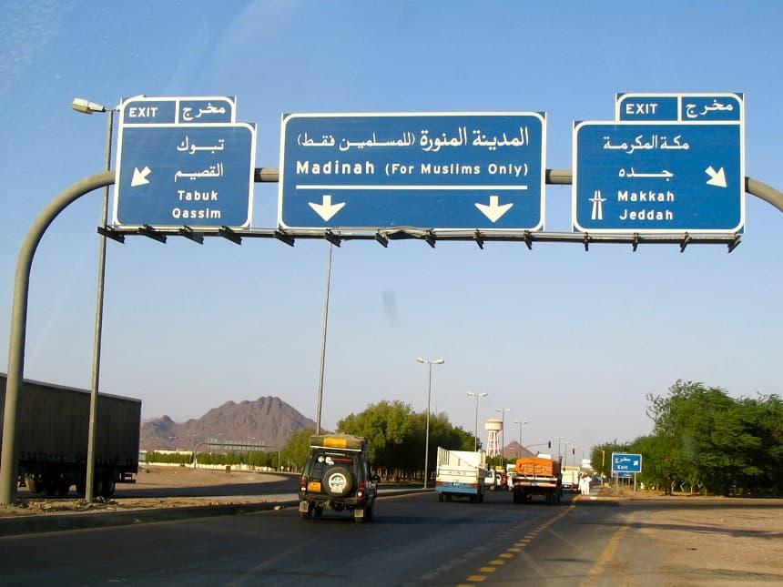 En ook de verkeersborden benadrukken nog eens dat wij niet welkom zijn op de prachtige asfaltwegen: for Muslims Only
