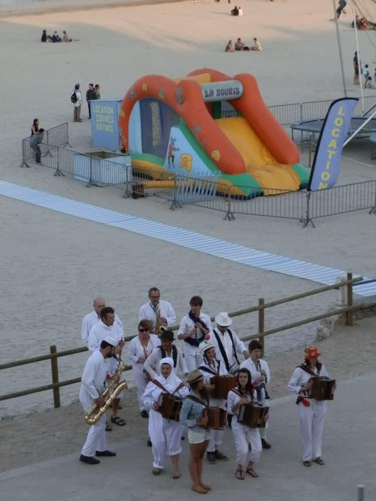 Straatorkest in het levendige Morgat