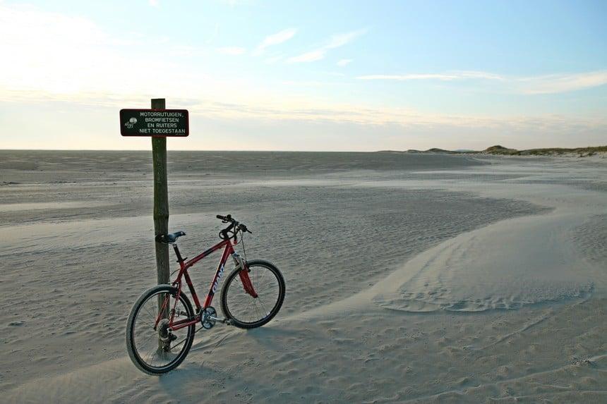 Fietsen op het strand richting het Oerd Ameland
