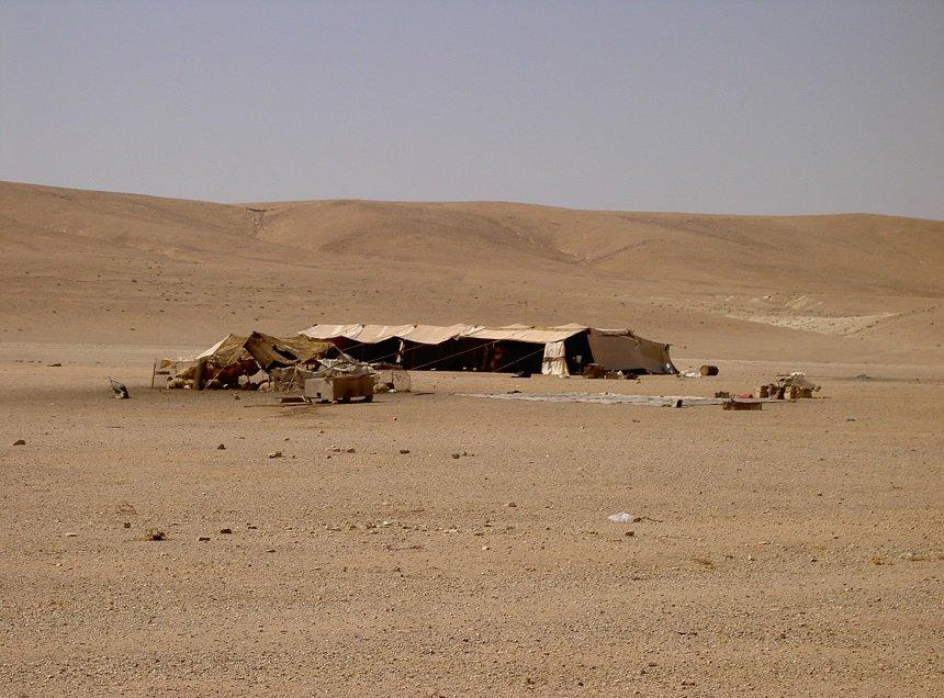 Onderweg van Palmyra naar Aleppo hier thee drinken