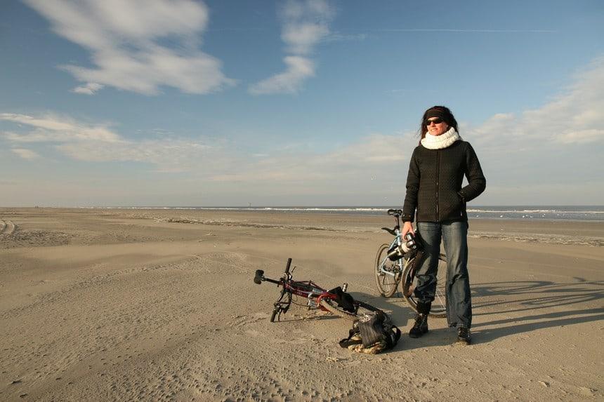 Sybylle Kroon op het lege strand van Ameland