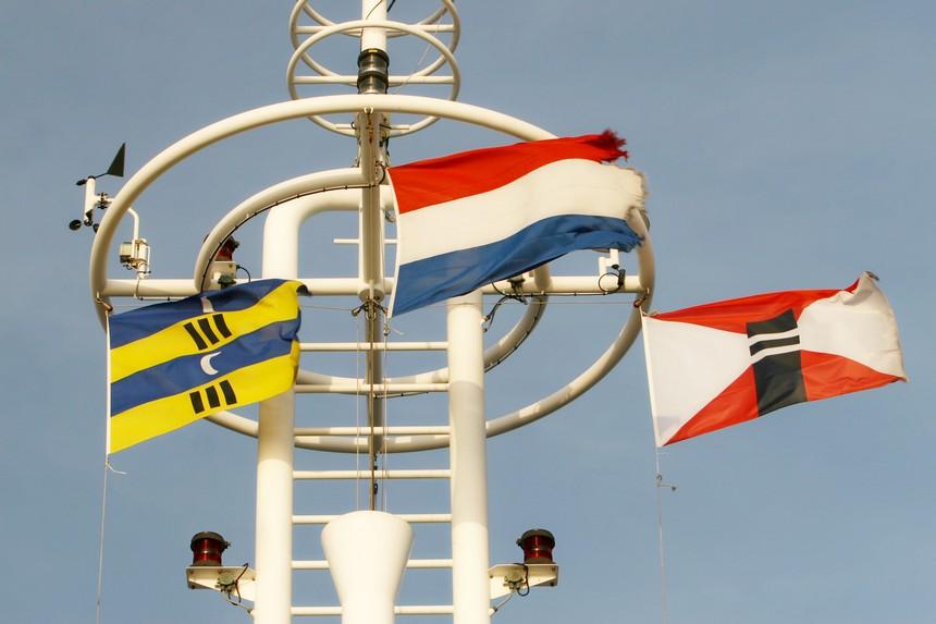 De vlaggen van Ameland, Nederland en rederij Wagenborg op de veerboot Oerd