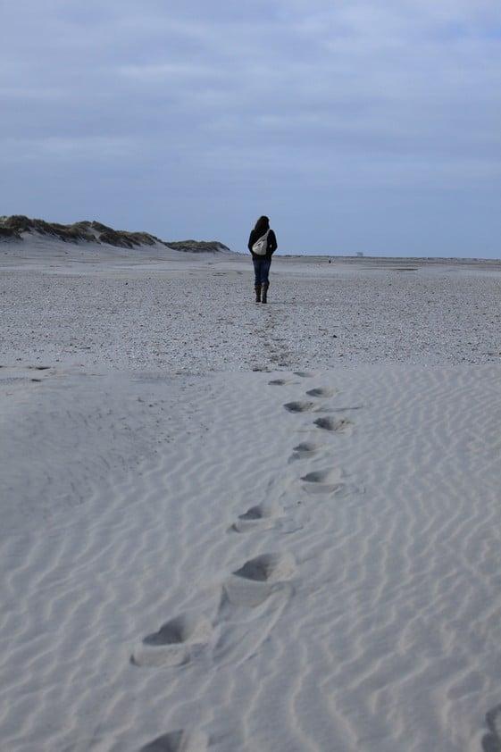 Sybylle Kroon via het strand op weg naar het westen van Ameland