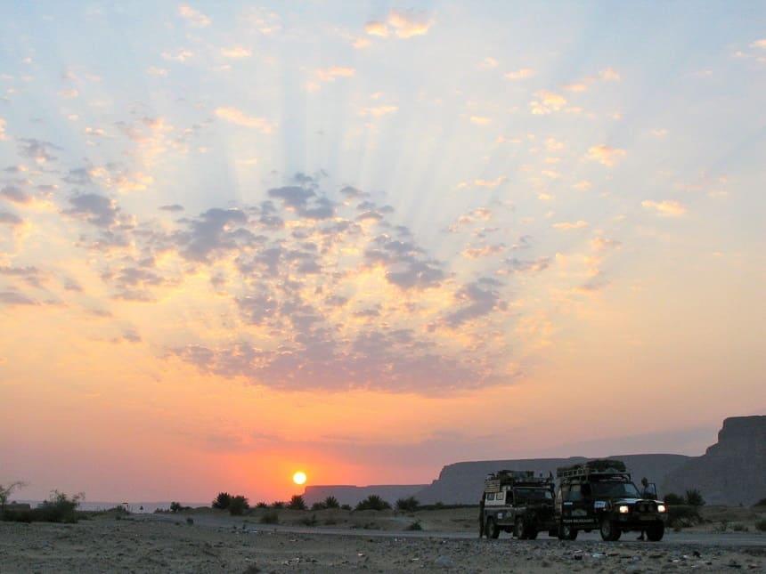 Zonsopkomst in de Wadi Hadramaut (Jemen), we zijn vroeg op pad