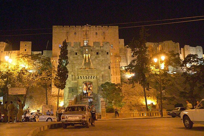 Een dagje wandelen in Aleppo, de citadel is 's avonds mooi verlicht