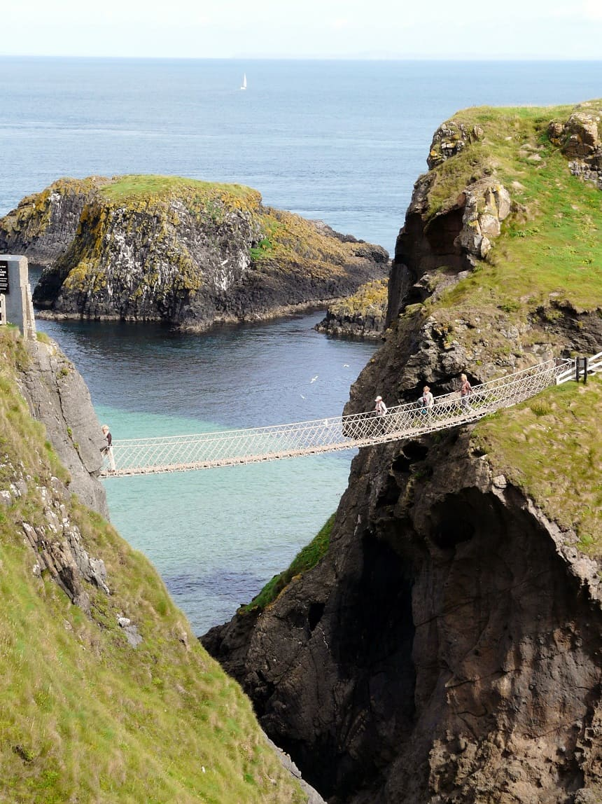 Carrick-a-rede Bridge aan de Noord-Ierse kust