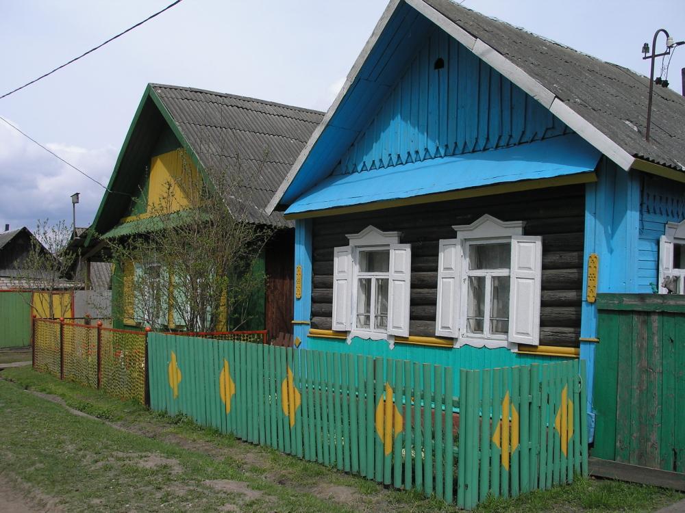 Kleurige huisjes op het Russische platteland