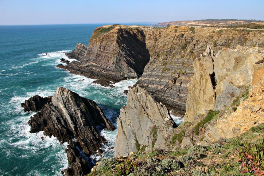 De ruige kustlijn van Portugal