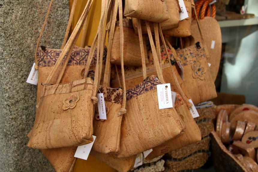 Van kurk worden in de Alentejo mooie tassen gemaakt