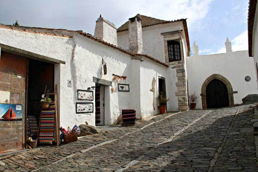 Monsaraz in Portugal is een vestingstadje vol witte huizen en kronkelige straatjes