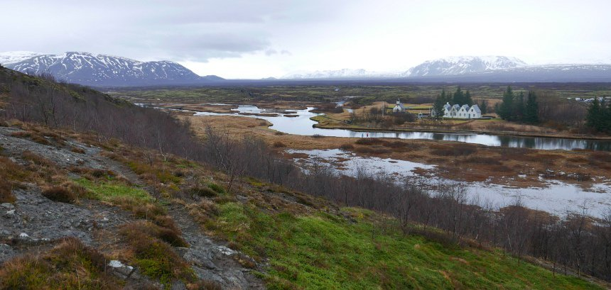In Thingvellir scheurt IJsland uit elkaar. Ik sta op de Amerikaanse aardschol. Aan de overkant de Eurazië-plaat.