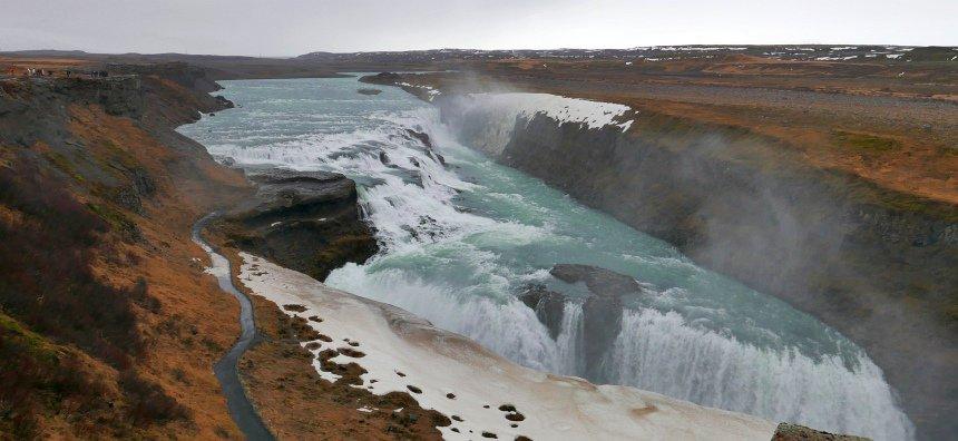 Via de gigantische Gullfoss waterval stroomt het smeltwater van de ijskappen weg.