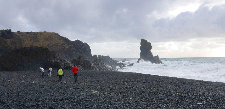 Zwarte stranden door lava-gruis.