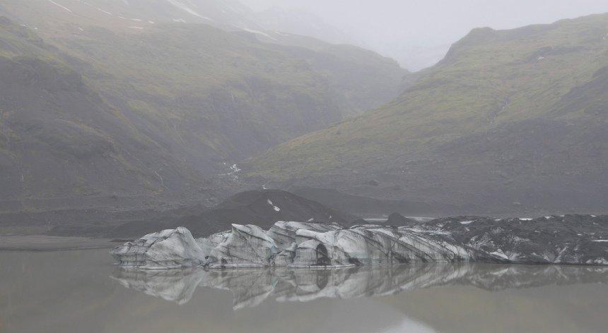 Aan de onderkant van de gletsjer drijven kleine ijsbergen.