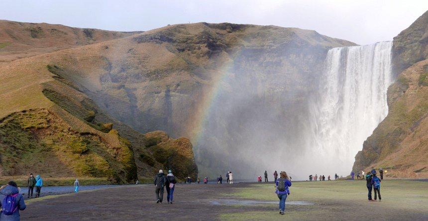 Donderend komt het smeltwater bij de Skókafoss waterval naar beneden.