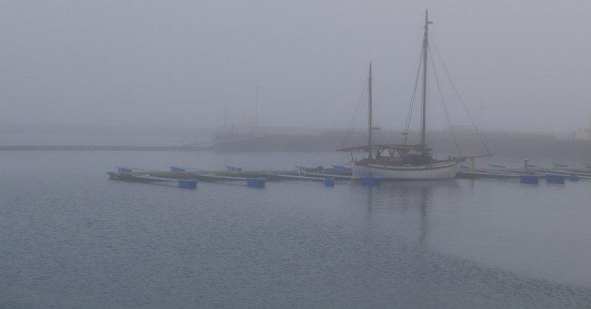 Mistig en mysterieus. De haven van Reykjavik.