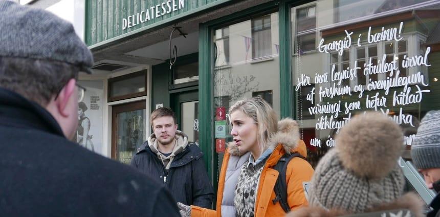 De Food Walk Tour. Gabriela vertelt enthousiast over traditionele IJslandse gerechten.