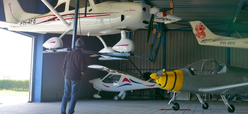 Een hangar vol kleine vliegtuigjes. Allemaal MLA-klasse.