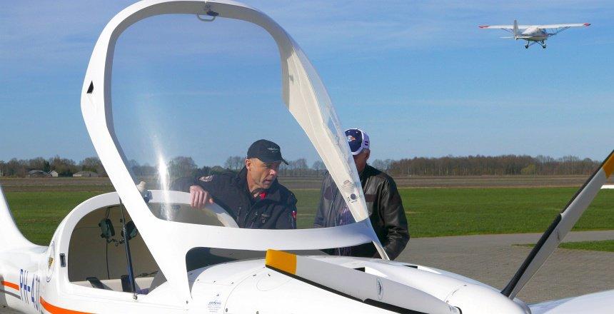Check en dubbel check. Overleg tussen de vorige piloot en de nieuwe.