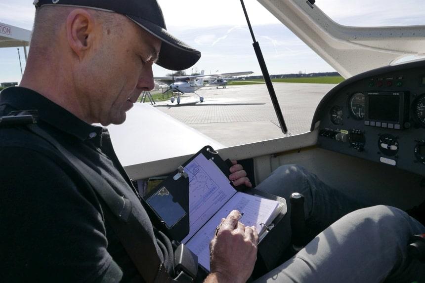 Checklist en logboek zijn van levensbelang in de vliegerij. Ook voor hobby-vliegers zoals Dick.
