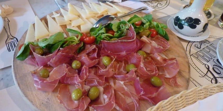 Kroatische specialiteiten: lokale kazen, olijfolie uit Istrië en pršut (ham)
