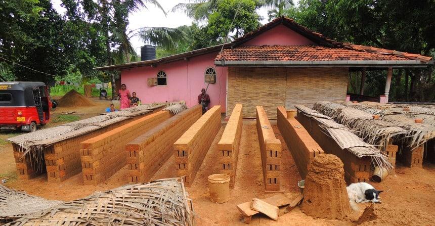 Deze familie bakt stenen uit de klei om hun huis.