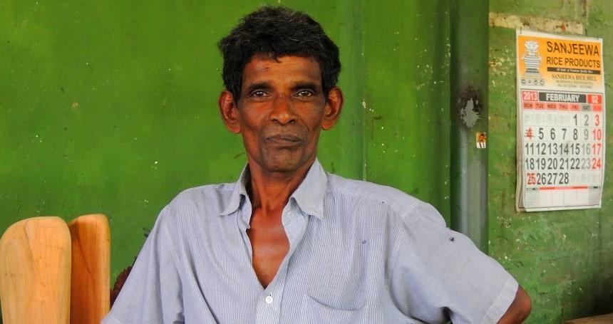 Het doorleefde gezicht van een houtsnijder bij Dambulla.