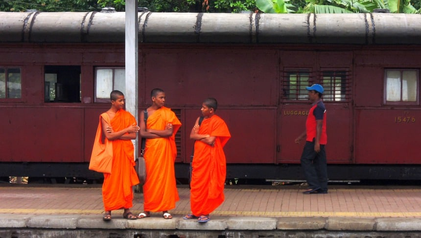 Jonge monniken op het station in Kandy.