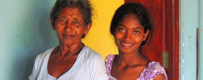 Grootmoeder en kleindochter. Ze overleefden als enigen van hun hele gezin de tsunami.