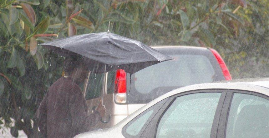 Een tropische bui gaat dwars door je paraplu!