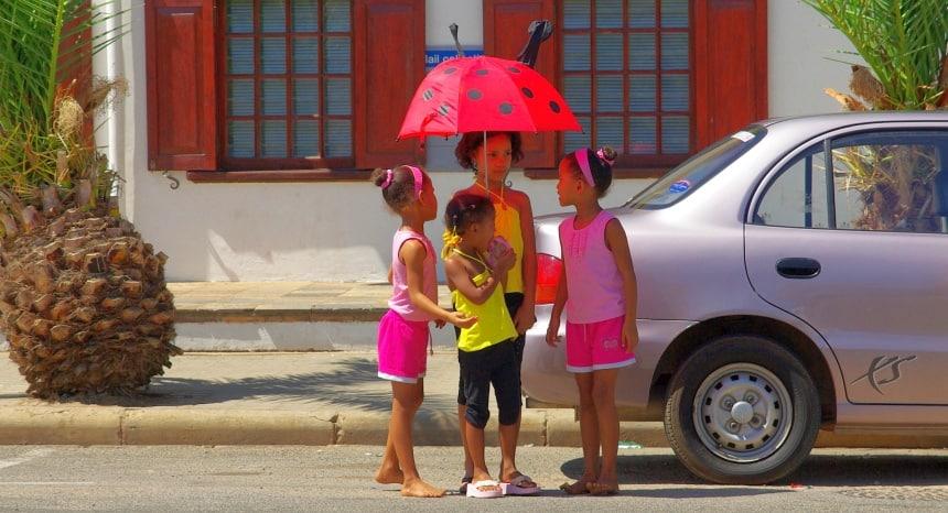 De paraplu is vaker nodig tegen de zon. Land van kleuren.
