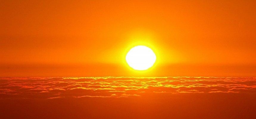 Als je de kans hebt, ga dan een keer bij zonsondergang OP de Tafelberg zitten kijken - boven de wolken.