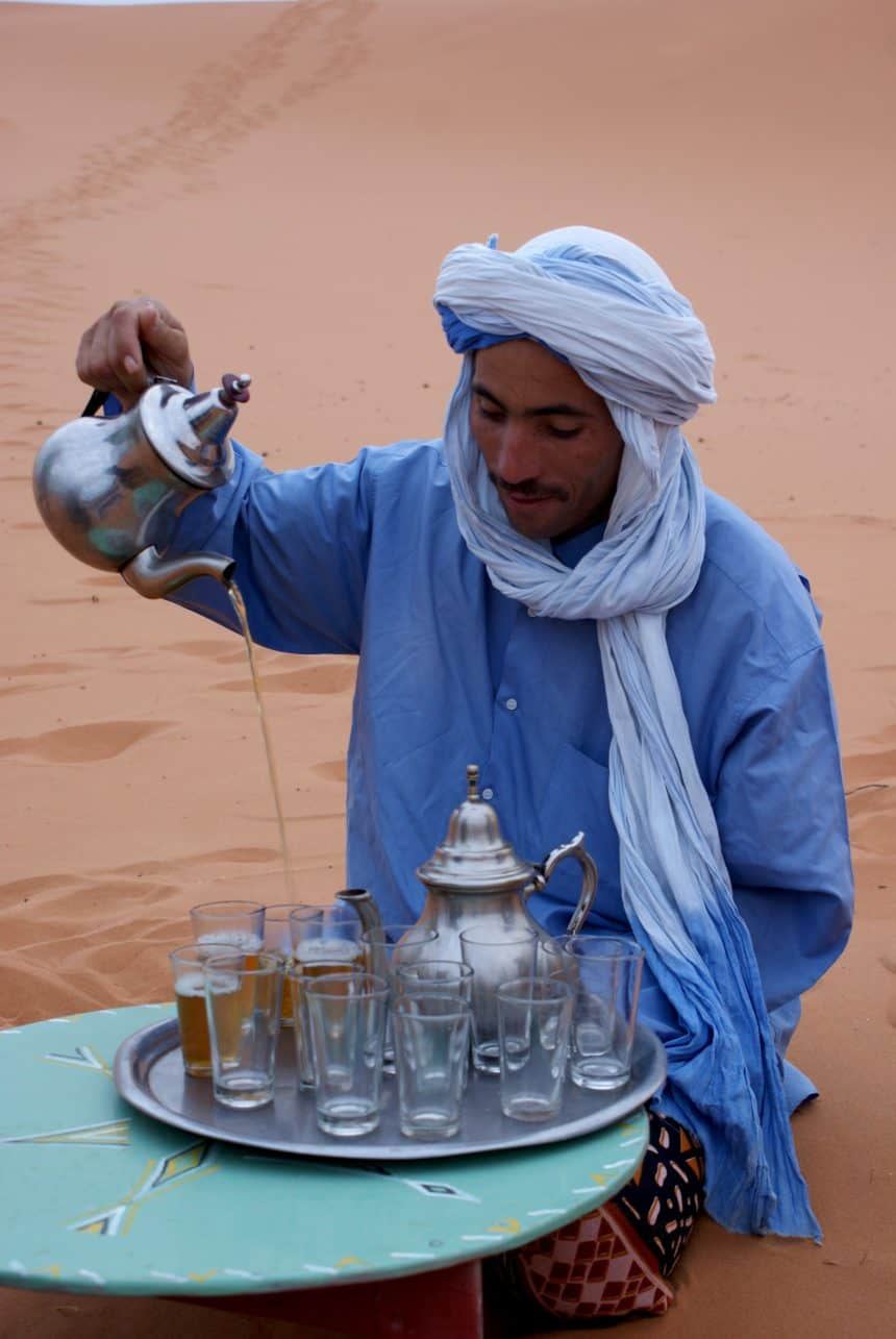 Verse muntthee, bereid door een Berber in een nomadenkamp