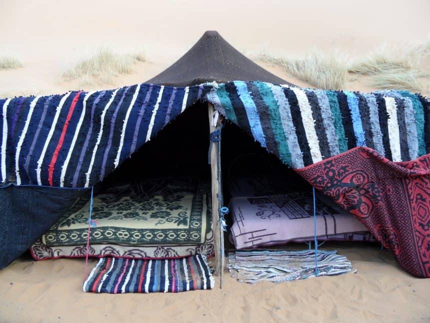 Tentje op een nomadenkamp in de Sahara