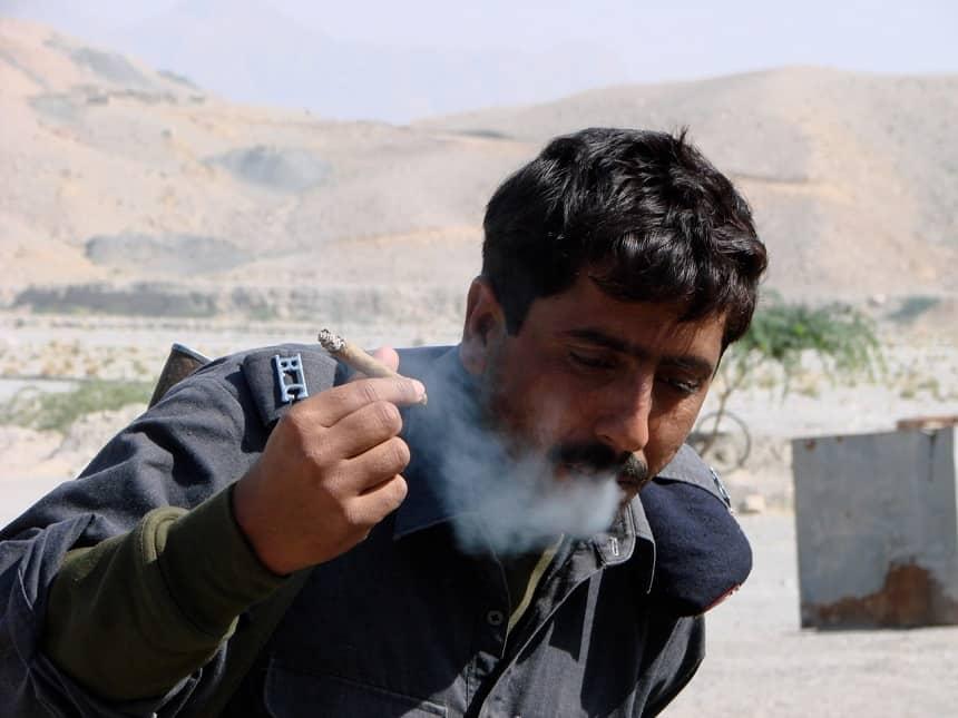pakistaan rookt sigaar