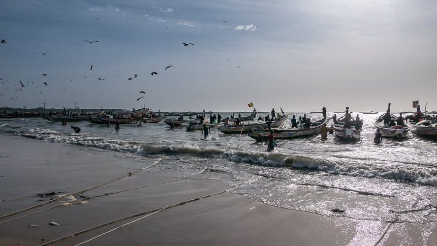 Tanji: boten naderen het strand