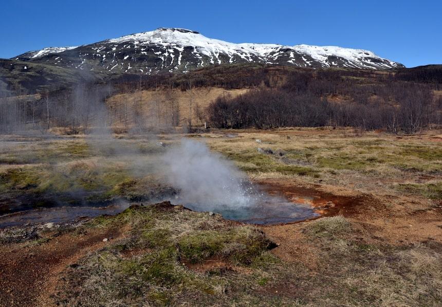 De natuur in IJsland is agressief. Het land werd gecreëerd door vulkanische activiteit, en onder de bodem broeit de lava nog steeds