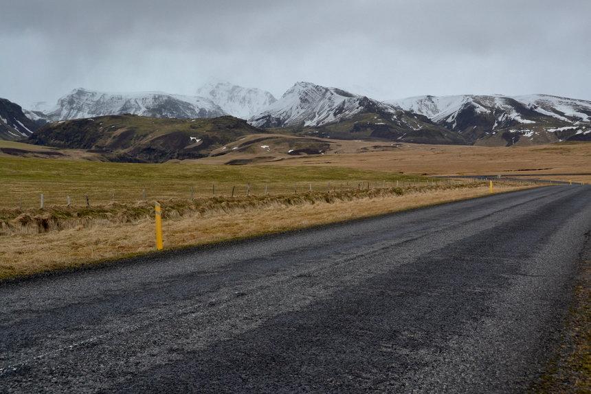 Nergens in IJsland mag je sneller dan 90km/h. En hoewel de wegen keurig aangelegd zijn, wil je hier niet doorvlammen aan 120km/h