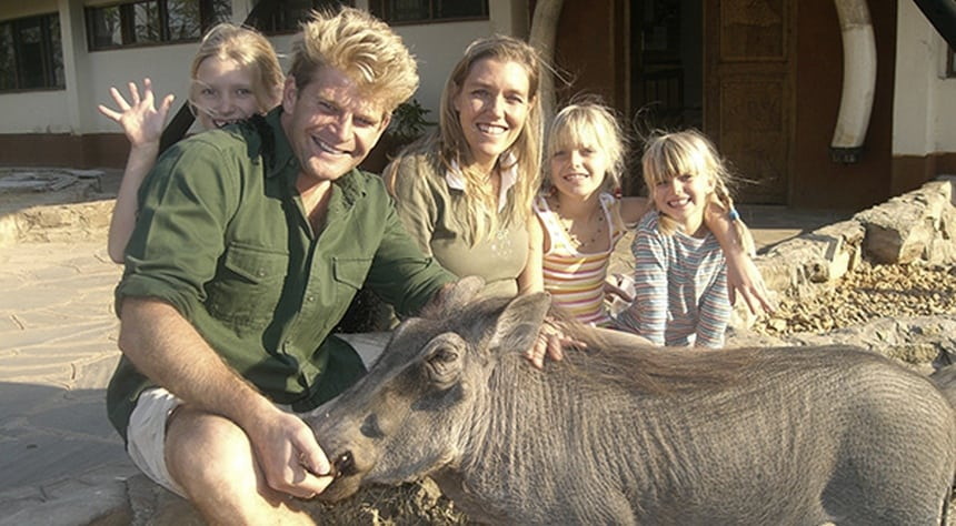 Edjan en Robin van der Heide met hun kinderen in Zambia.
