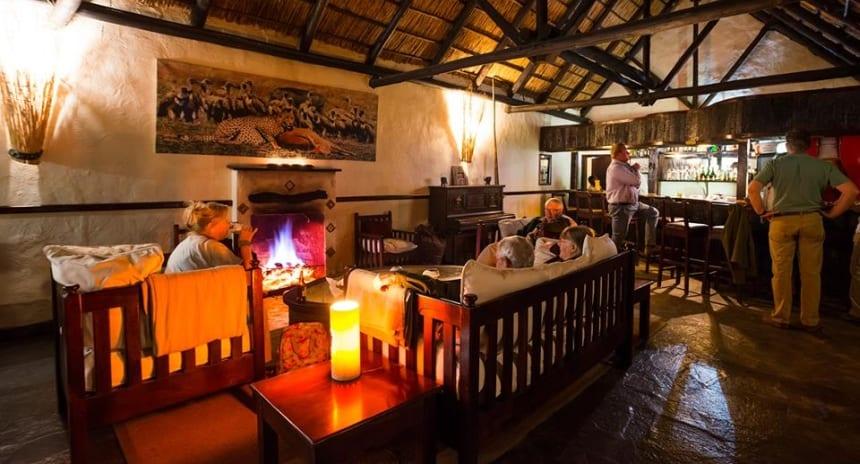 Logeren bij Mukambi Safari Lodge betekent leeuwen op de loer maar ook genieten in stijl.