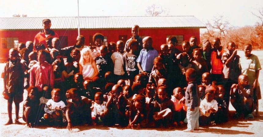De jongste bush-girl van Edjan en Robin ging hier ook naar school.