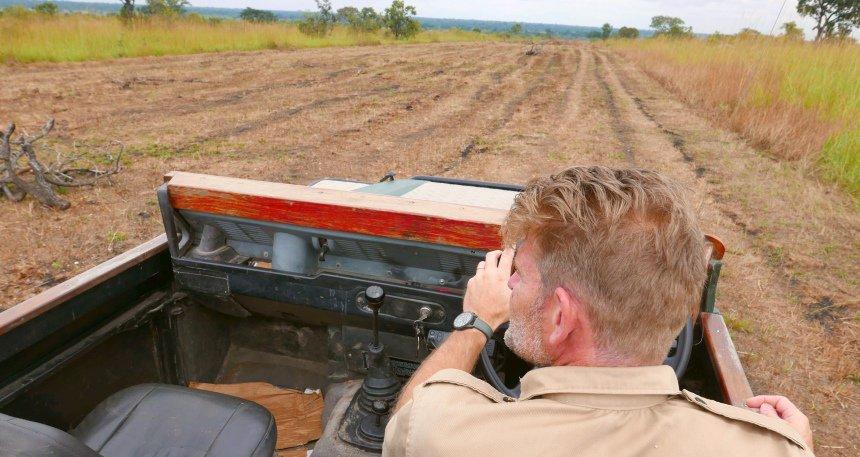 Trots laat Edjan de nieuwe airstrip zien. Over een maand landen hier vliegtuigjes uit Livingstone of Lusaka.