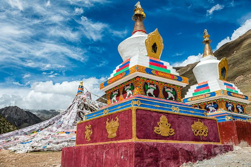 Zadoi-Qapugtang stupa's en gebedsvlaggen