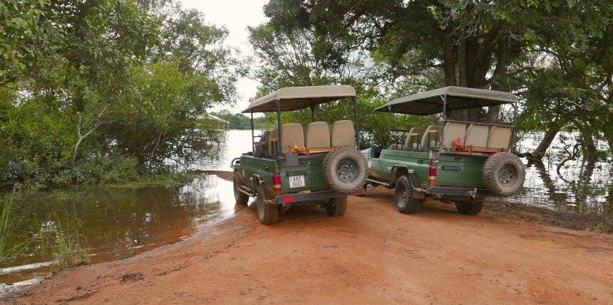 Auto's wachten op de gasten die met een bootje van de lodge komen.