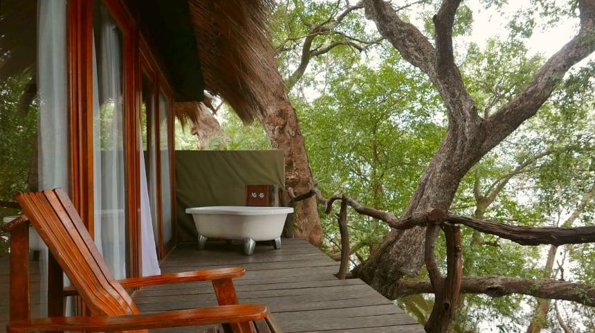 In bad tussen apen en nijlpaarden. In Zambia kan het.