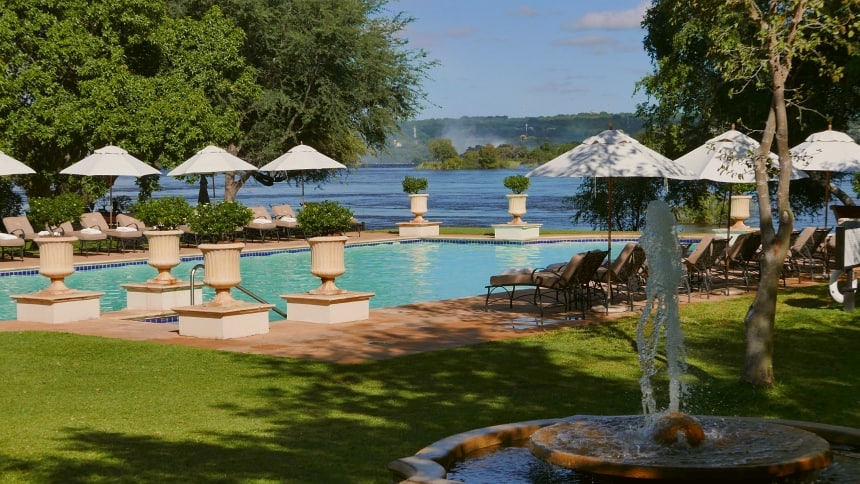 Vanaf het terras van het Royal Livingstone Hotel zicht op de Victoria Falls.